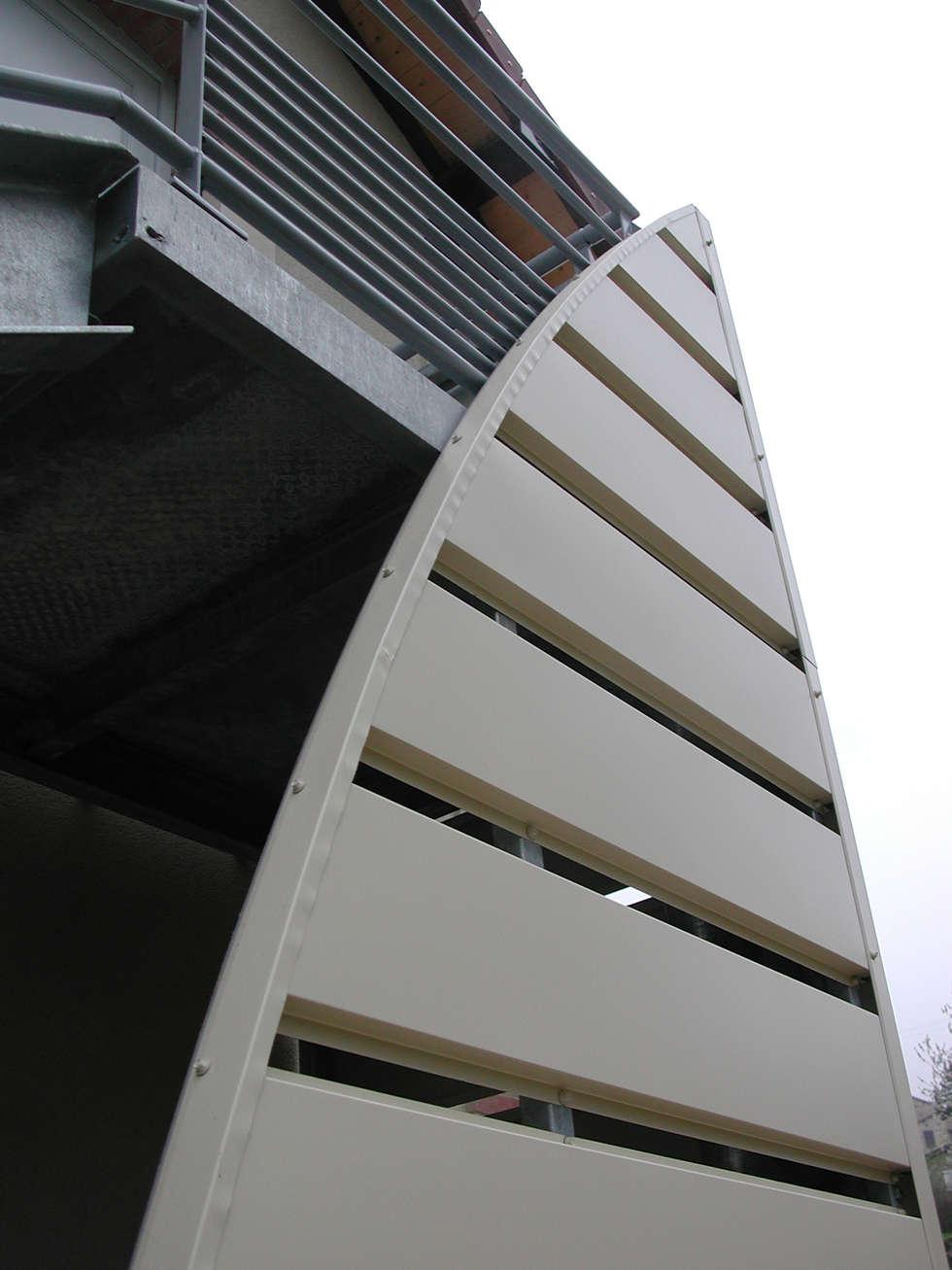 Habillage de la montée d'escalier extérieur: Couloir et hall d'entrée de style  par Kauri Architecture