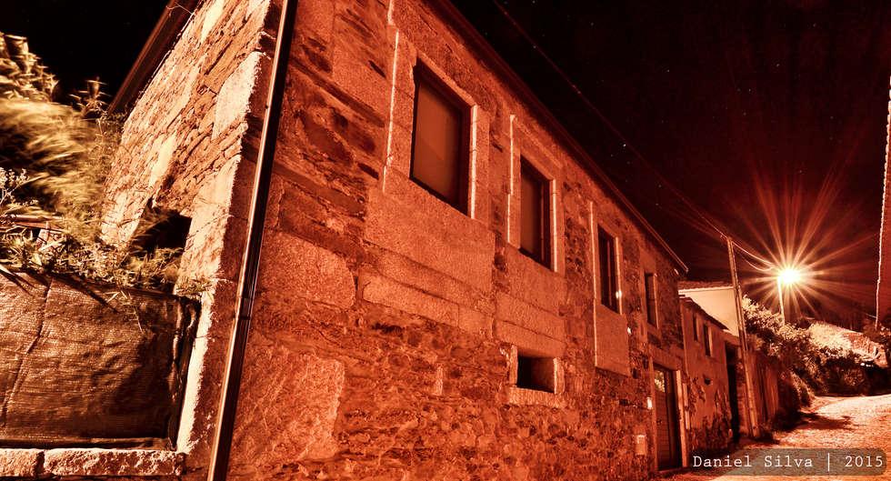 DEPOIS - Nova fachada: Casas rústicas por Casa do Páteo