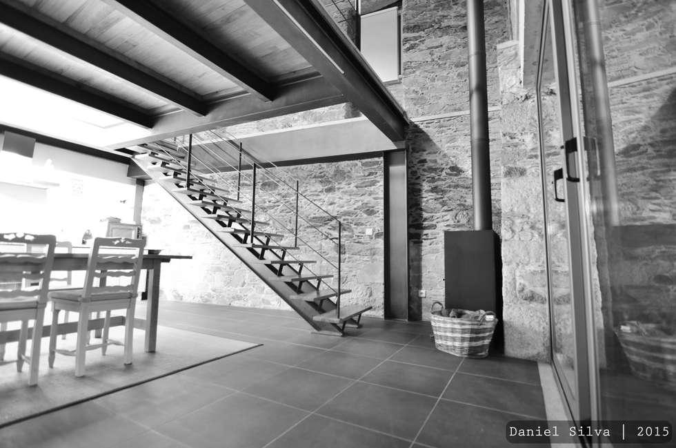 Pormenor da escada de acesso à sala de estar: Corredores e halls de entrada  por Casa do Páteo