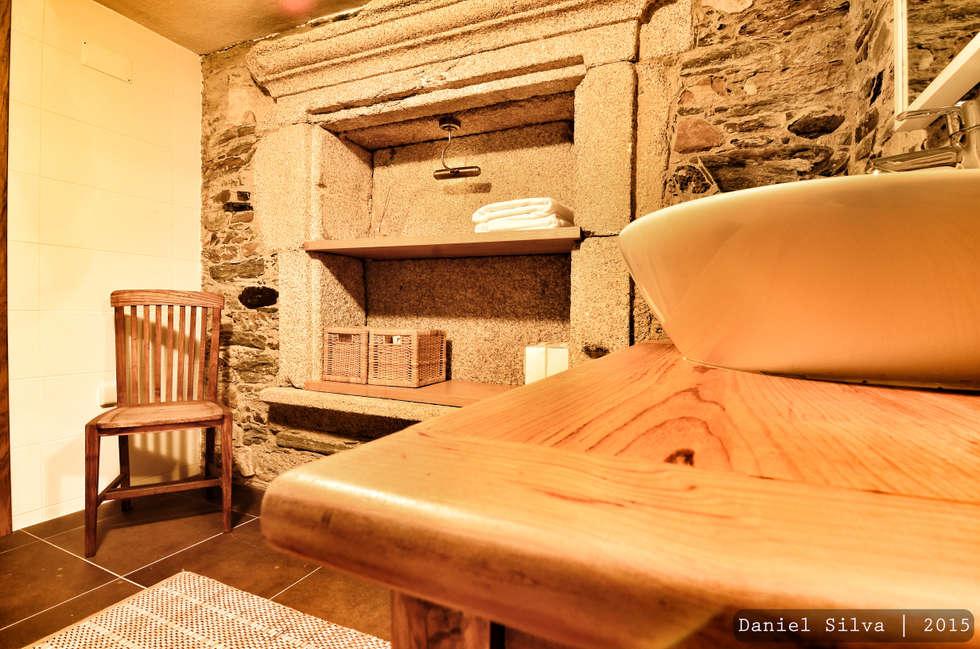 WC: Casas de banho rústicas por Casa do Páteo
