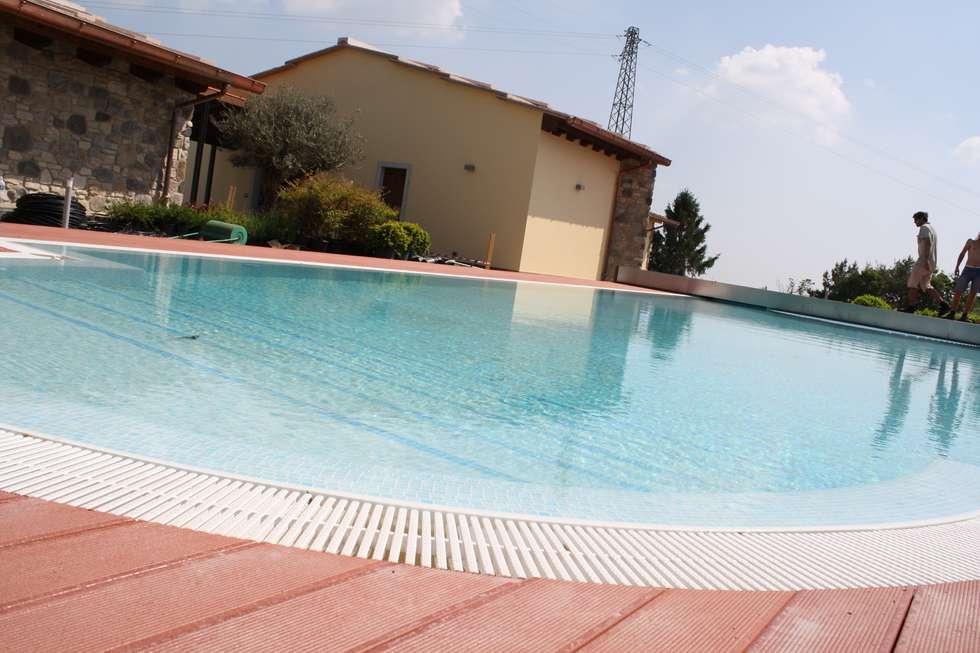 la piscina......: Piscina in stile In stile Country di STUDIO TECNICO GEOMETRA SUGAN DENIS