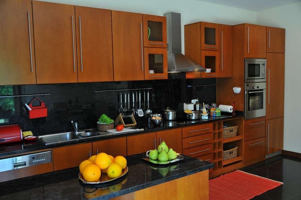 cozinha casa de particular : Cozinhas modernas por Luisa Pinho Arte e Decoração