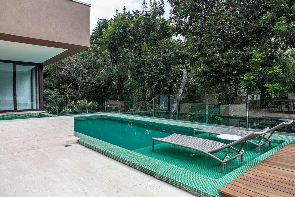 modern Pool by Márcia Carvalhaes Arquitetura LTDA.