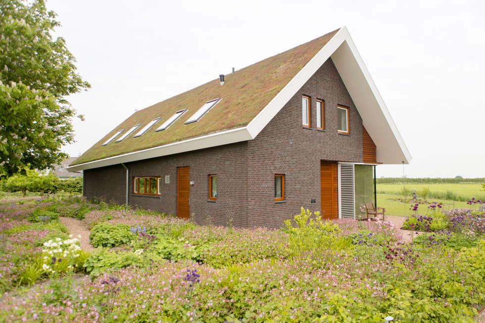 Moderne woning met 'groen dak': moderne Huizen door Mocking Hoveniers