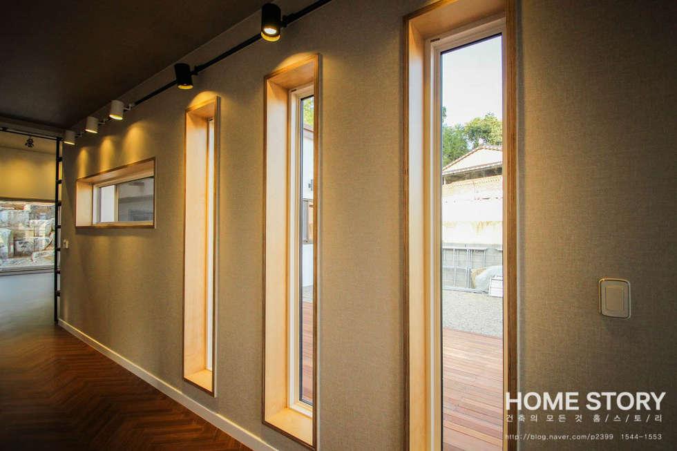 │현관 중문을 지나 내부로 들어오면, 마주치는 갤러리 형 복도: (주)홈스토리의  창문