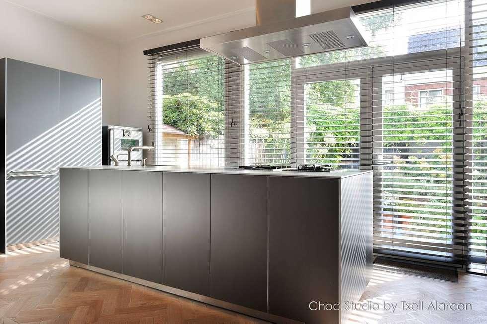 prettig koken: moderne Keuken door choc studio interieur