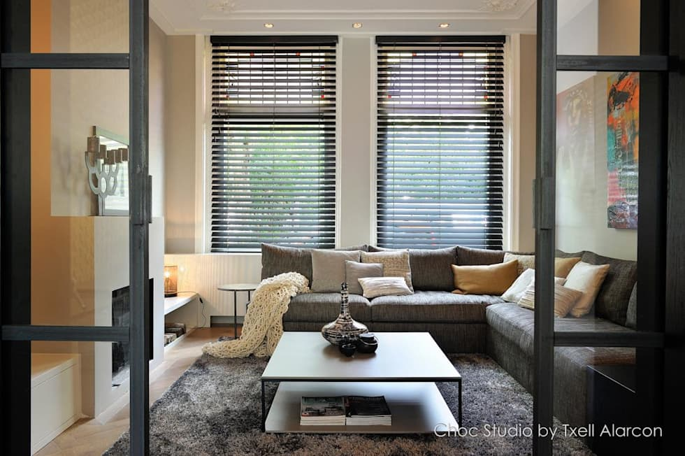 doorkijk naar zithoek: moderne Woonkamer door choc studio interieur
