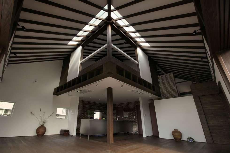 住宅内観全景3: フィールド建築設計舎が手掛けたリビングです。