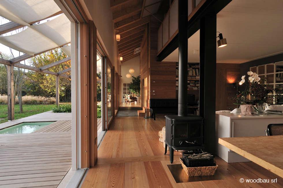 Casa in legno nella campagna veneta: Soggiorno in stile in stile Classico di Woodbau Srl