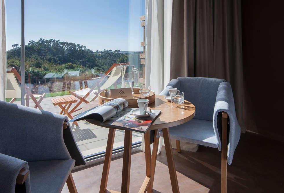 Temática do quarto alusiva à flor lavanda : Hotéis  por Tralhão Design Center