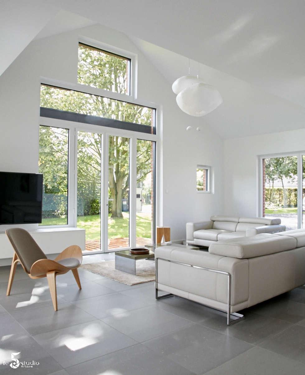 des nuages en suspensions...: Salon de style de style Minimaliste par Emilie Bigorne, architecte d'intérieur CFAI