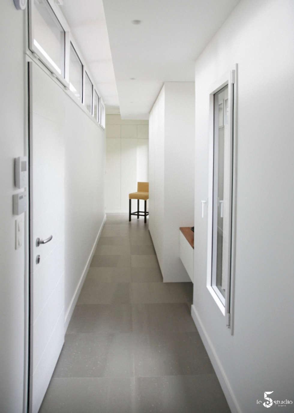 l'extension d'entrée: Couloir et hall d'entrée de style  par Emilie Bigorne, architecte d'intérieur CFAI