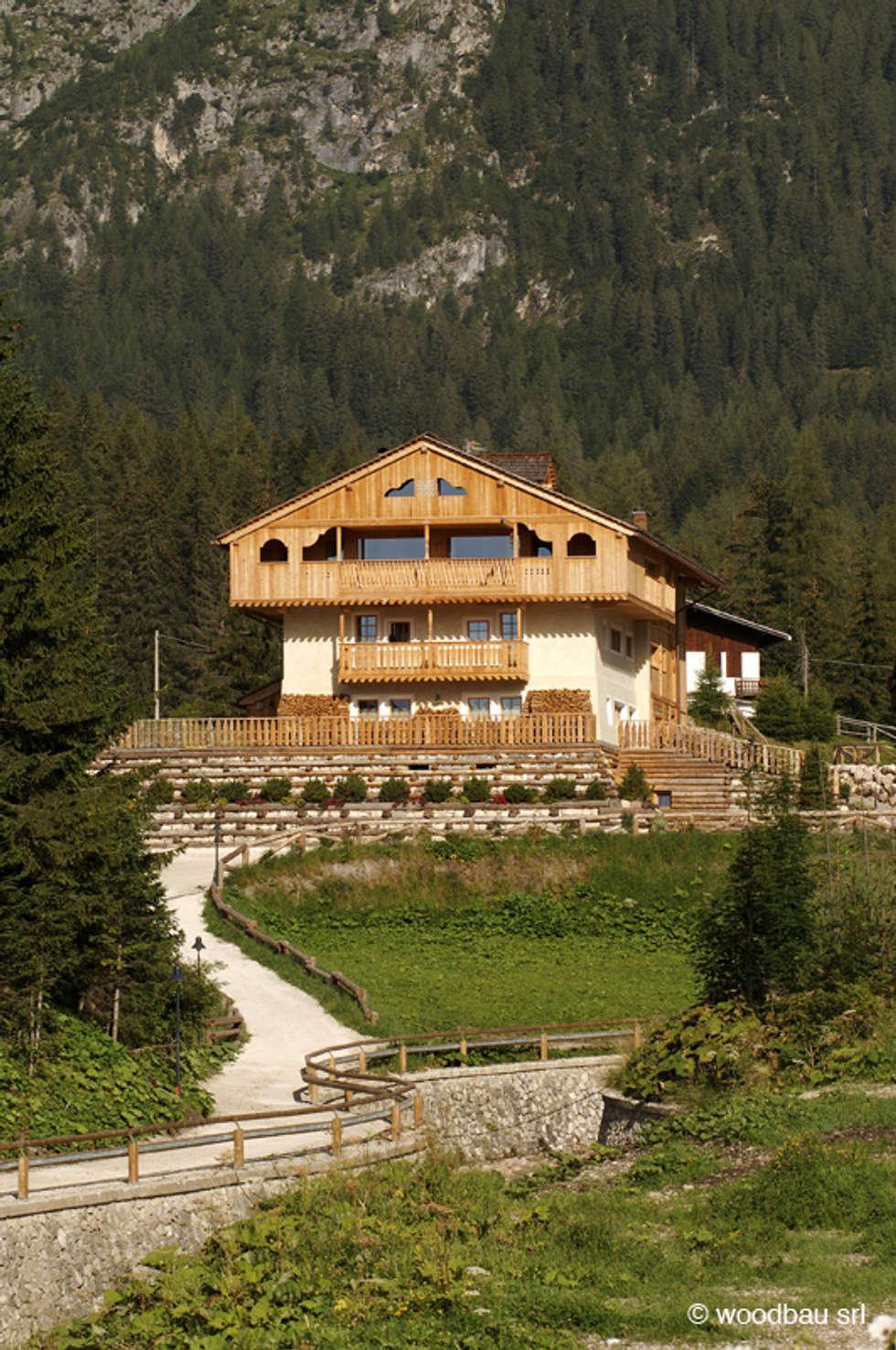 Un hotel ecosostenibile: Casa di legno in stile  di Woodbau Srl