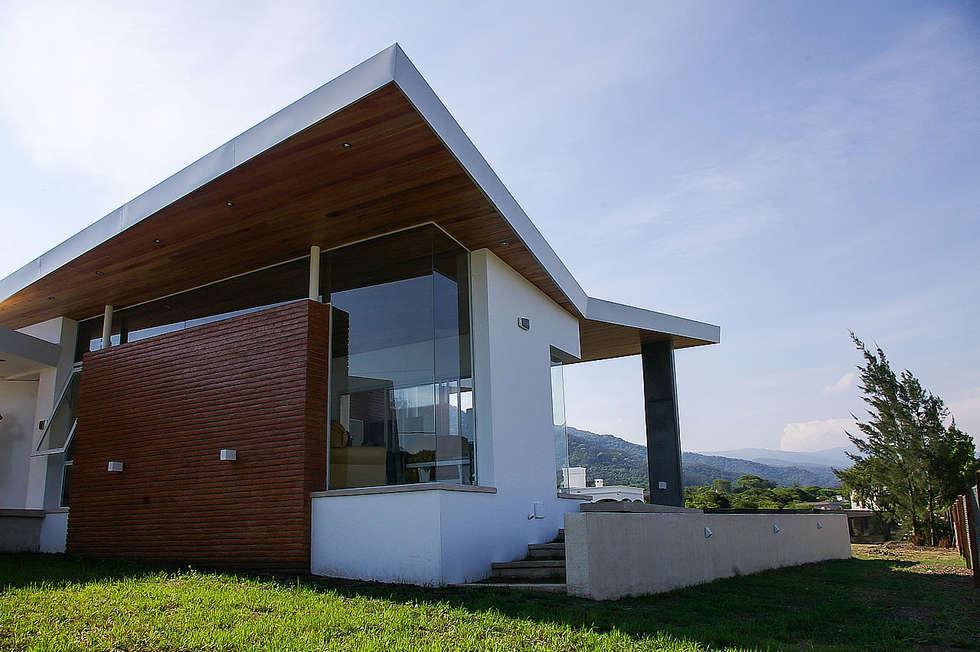Techos que vuelan: Casas de estilo moderno por CB Design