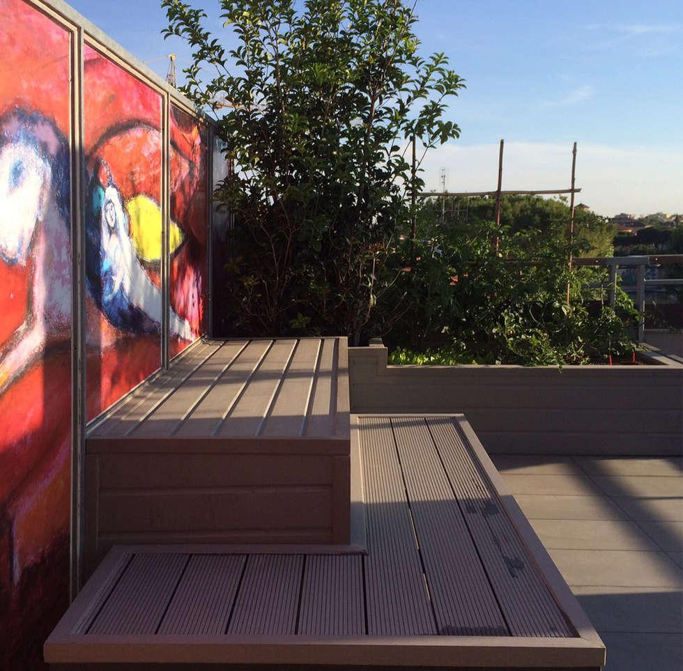 dehor urbano in copertura: Terrazza in stile  di bilune studio