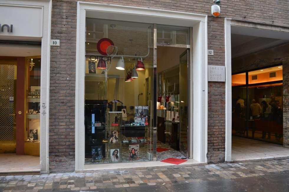 vista esterna: Negozi & Locali commerciali in stile  di bilune studio