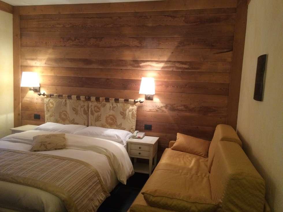 Camera da letto: Camera da letto in stile in stile Rustico di Sangineto s.r.l