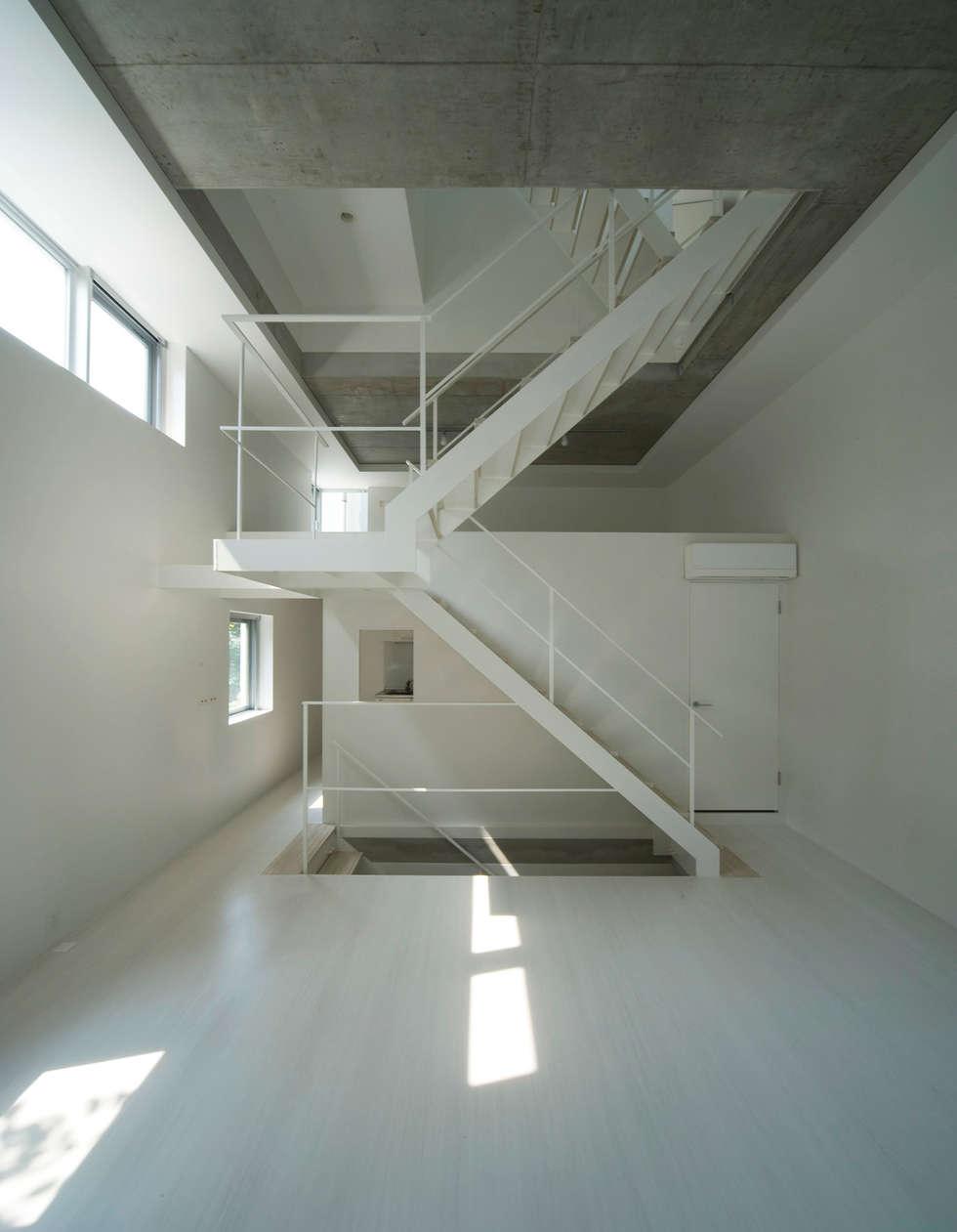 はたのいえ: 山本想太郎設計アトリエが手掛けた玄関・廊下・階段です。