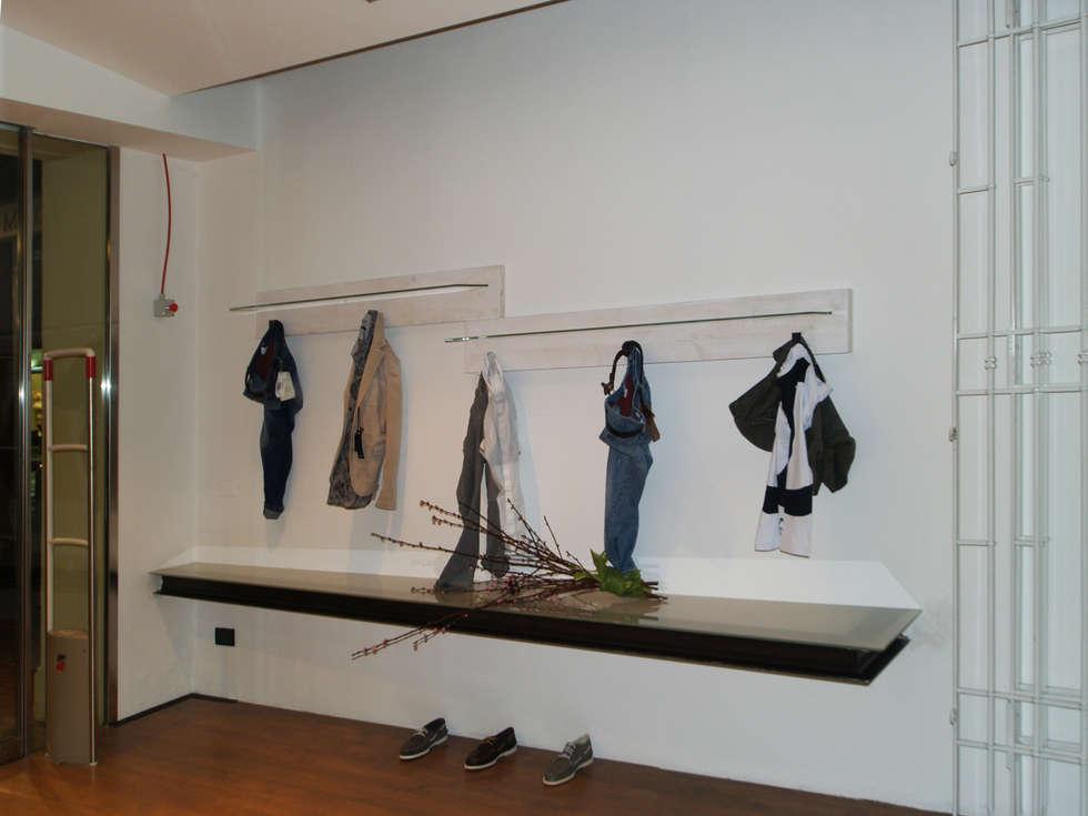 vista dalla vetrina: Spazi commerciali in stile  di bilune studio
