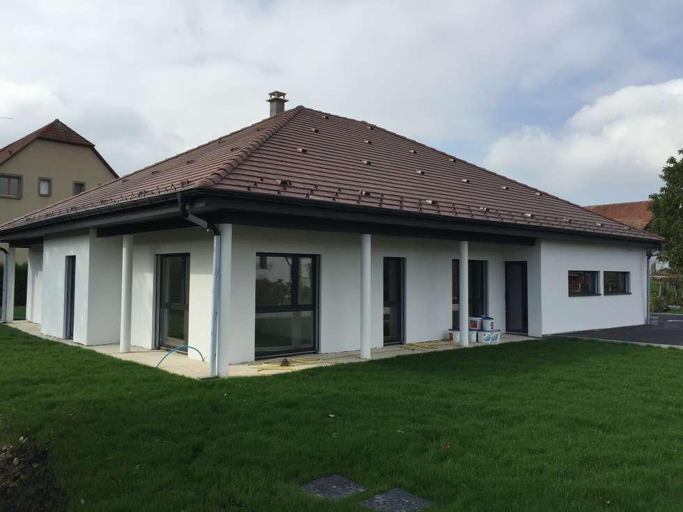 villa familiale à Hagenthal-le-Bas: Toiture à deux croupes de style  par A.FUKE-PRIGENT ARCHITECTE