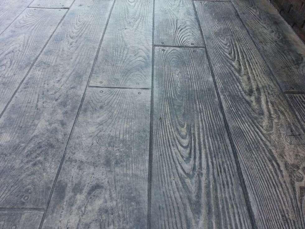 Betonvloer met houtmotief:  Terras door HV Betonvloeren BV