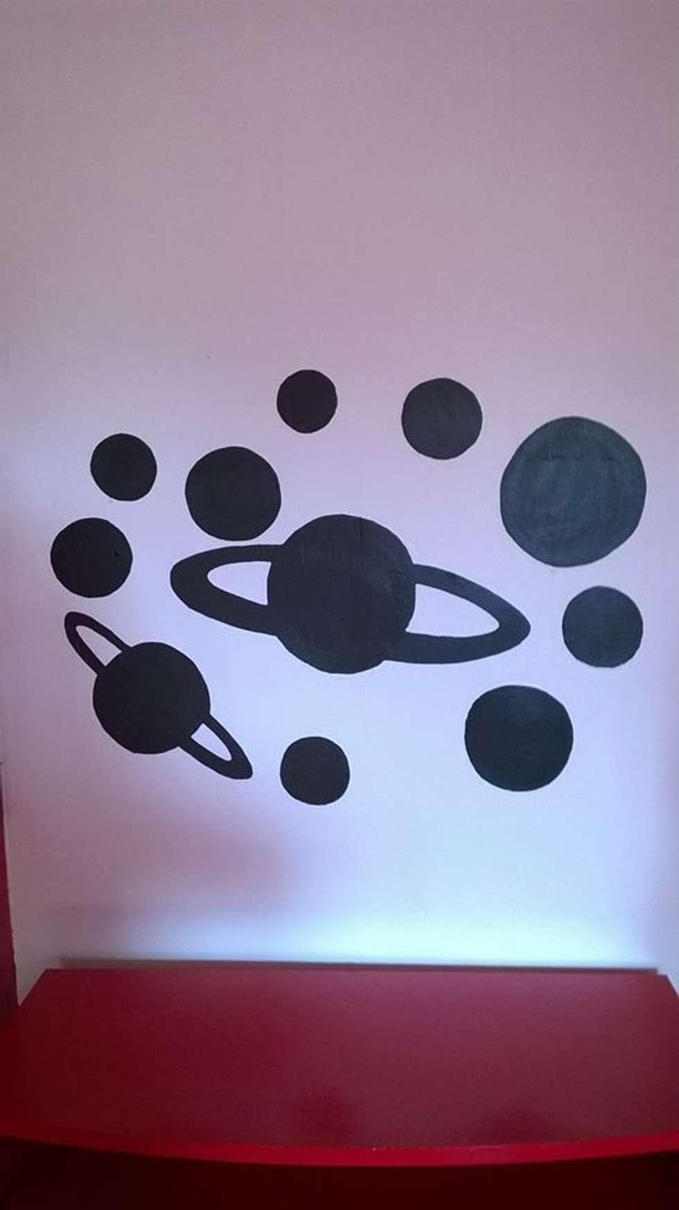 le système solaire en peinture à l'ardoise: Bureau de style de style eclectique par studiomaxdesign