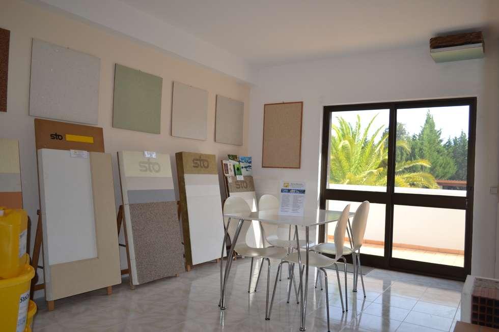 Salas / recibidores de estilo ecléctico por RenoBuild Algarve