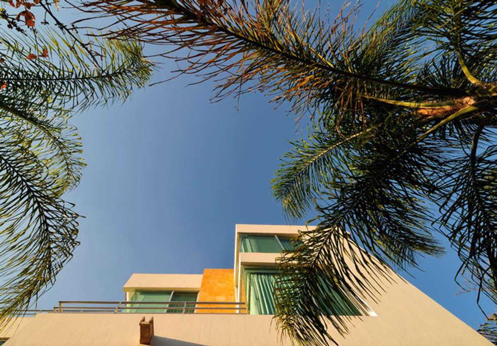 fachada trasera: Casas de estilo moderno por Excelencia en Diseño