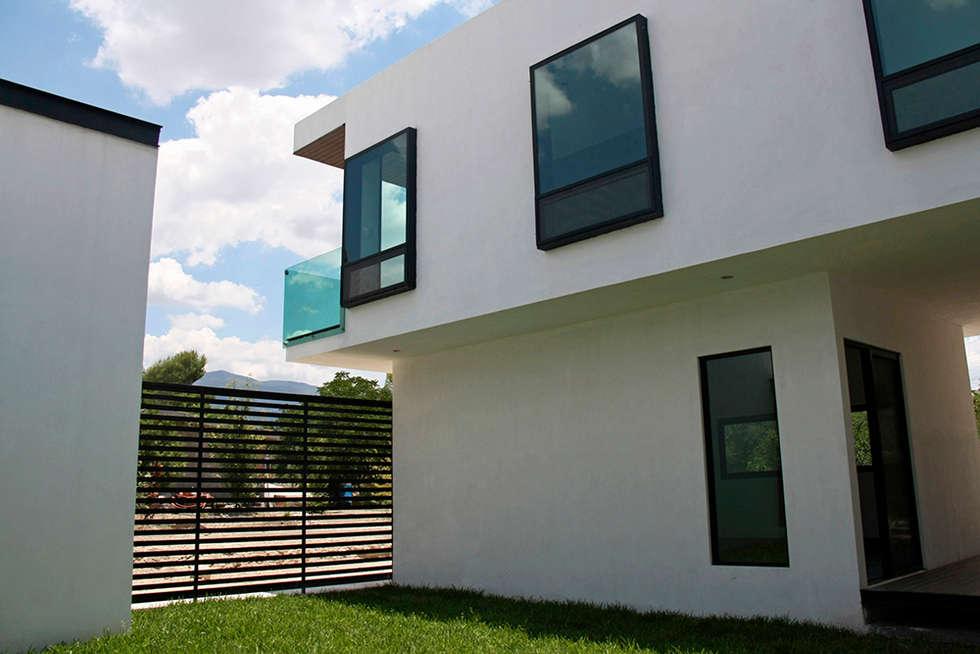 Vista desde jardín central: Casas de estilo moderno por Narda Davila arquitectura
