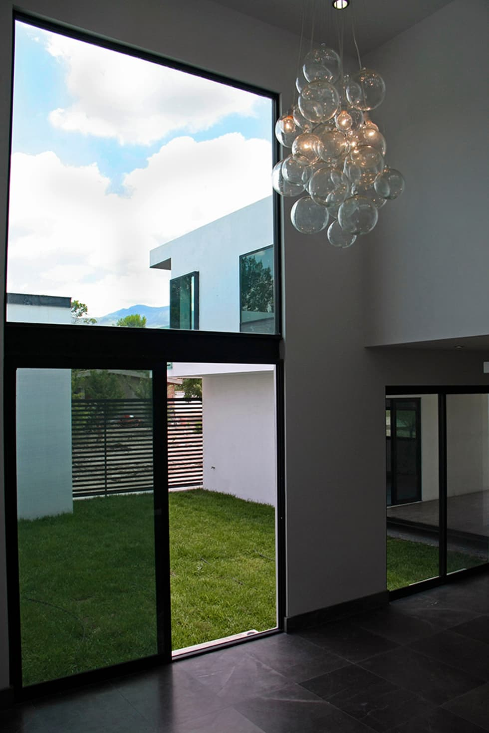 Vista desde sala hacia jardín central: Salas de estilo moderno por Narda Davila arquitectura