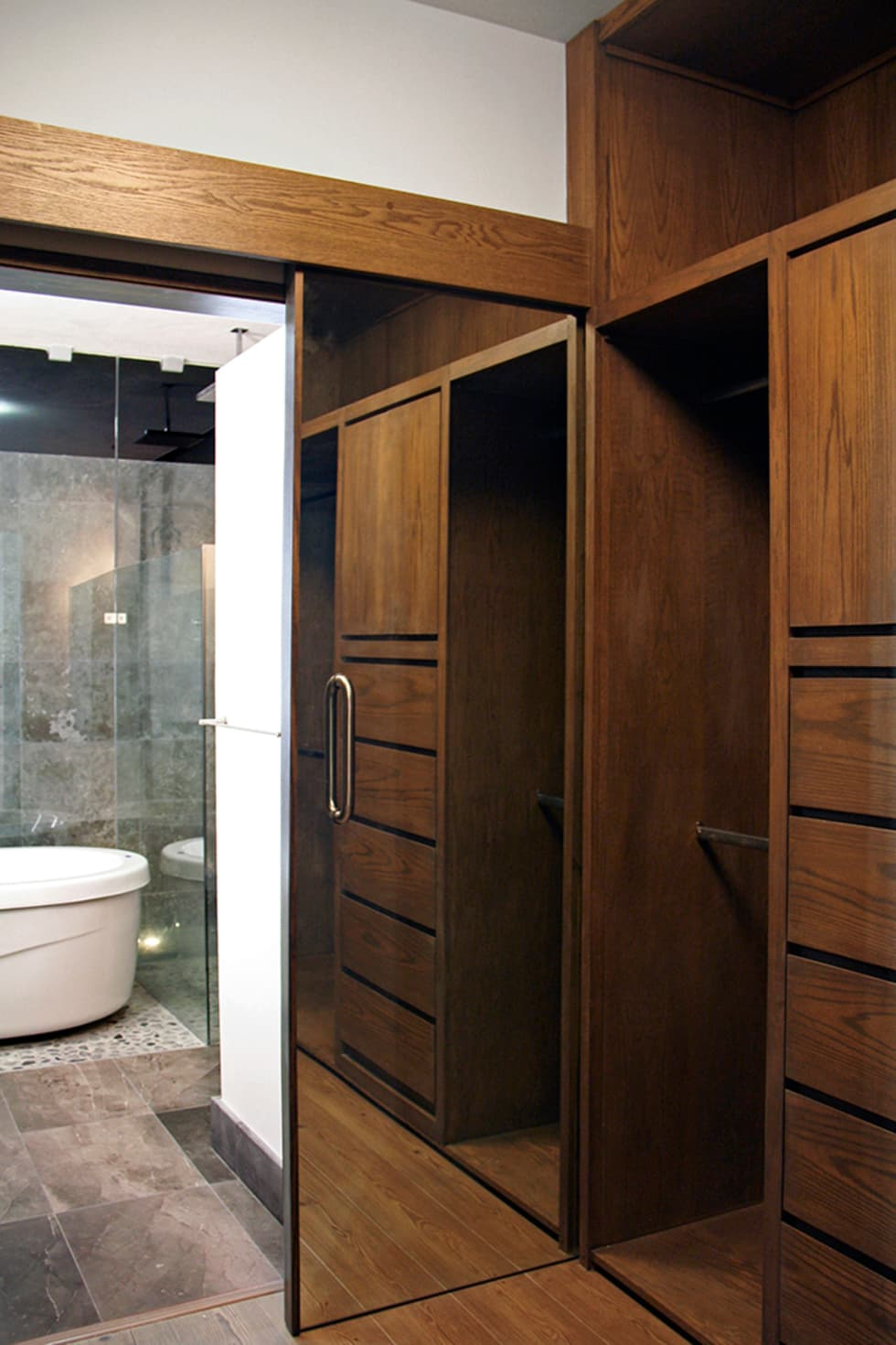 Vestidor: Vestidores y closets de estilo moderno por Narda Davila arquitectura
