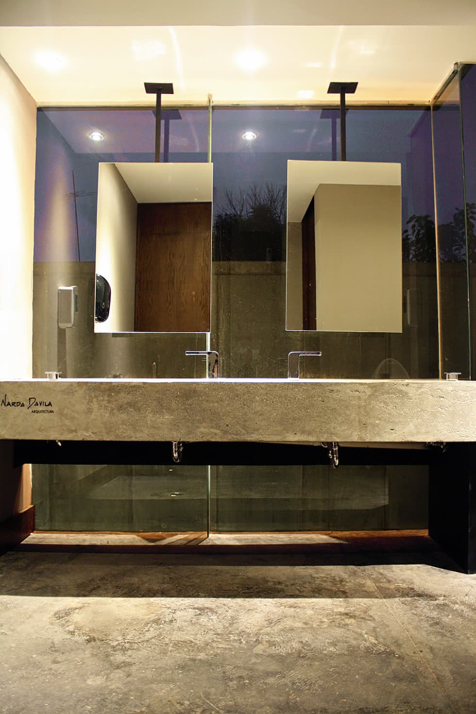 Baños hombres: Restaurantes de estilo  por Narda Davila arquitectura