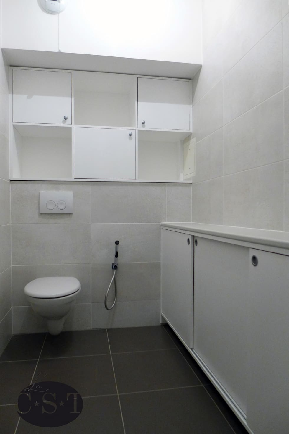 Salle d'eau aménagée (vue d'ensemble): Salle de bains de style  par La C.S.T