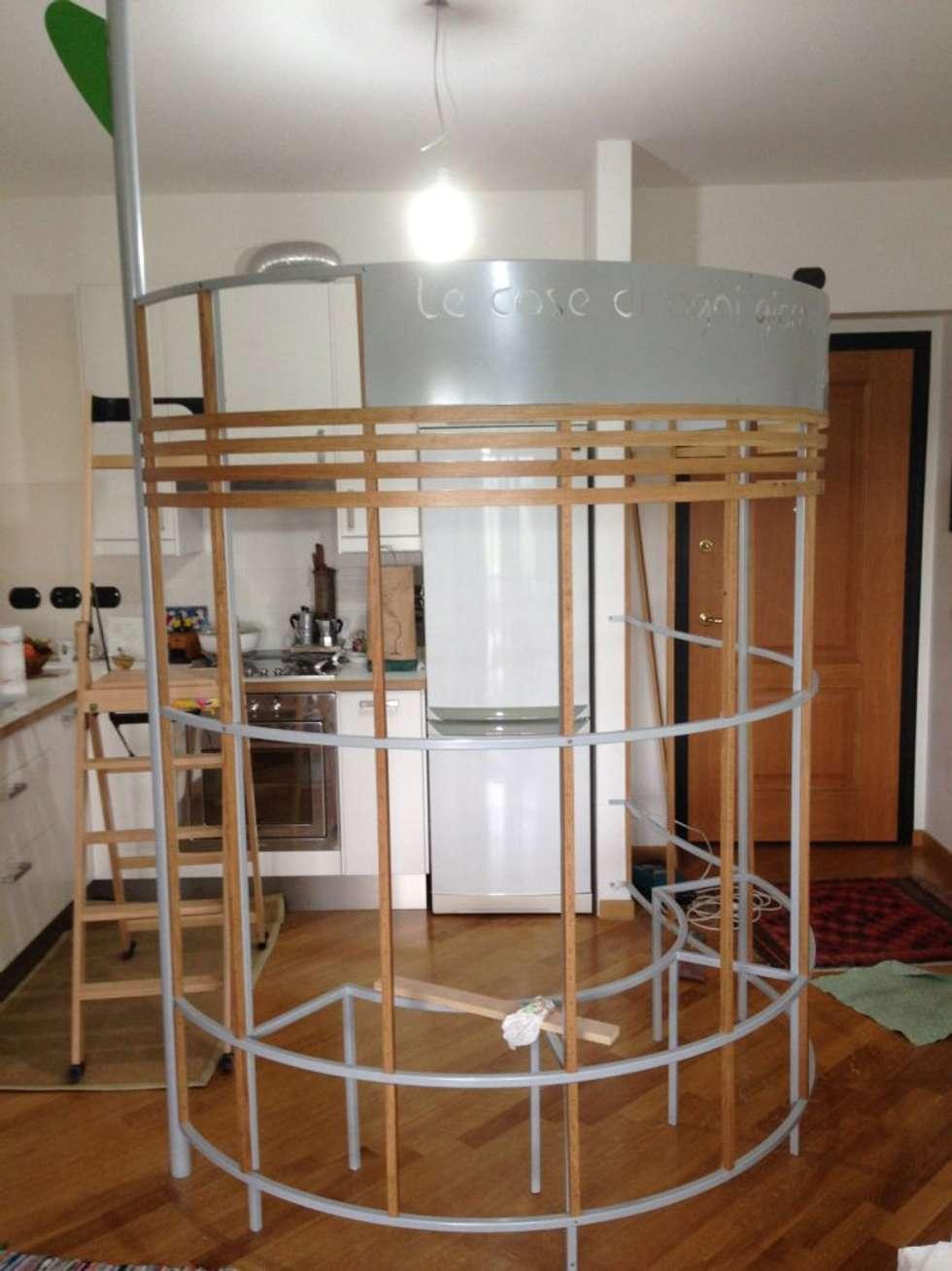 Montaggio rivestimento gabbia: Cucina in stile in stile Moderno di Formaementis