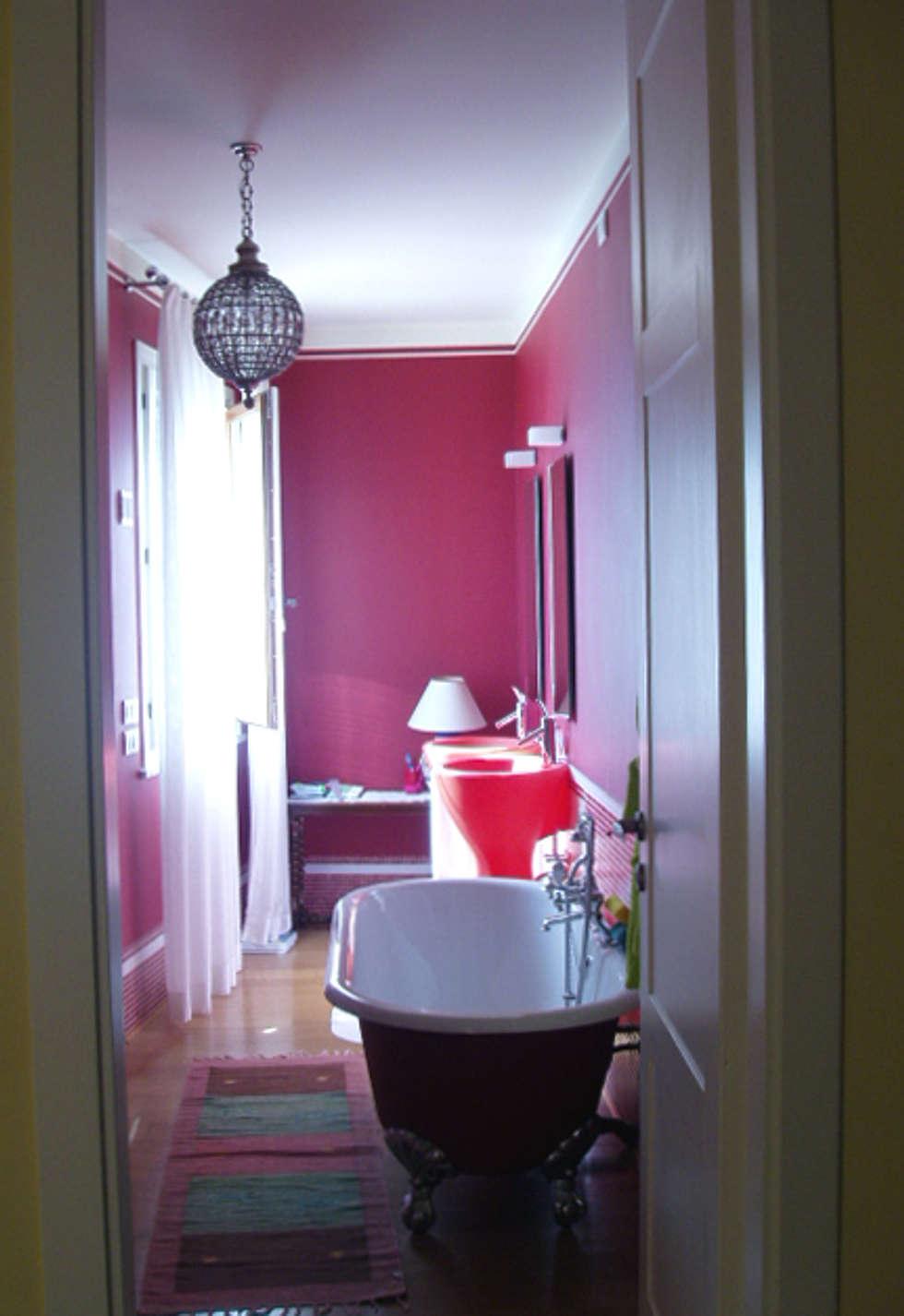 stanza da bagno con vasca : Bagno in stile in stile Eclettico di bilune studio