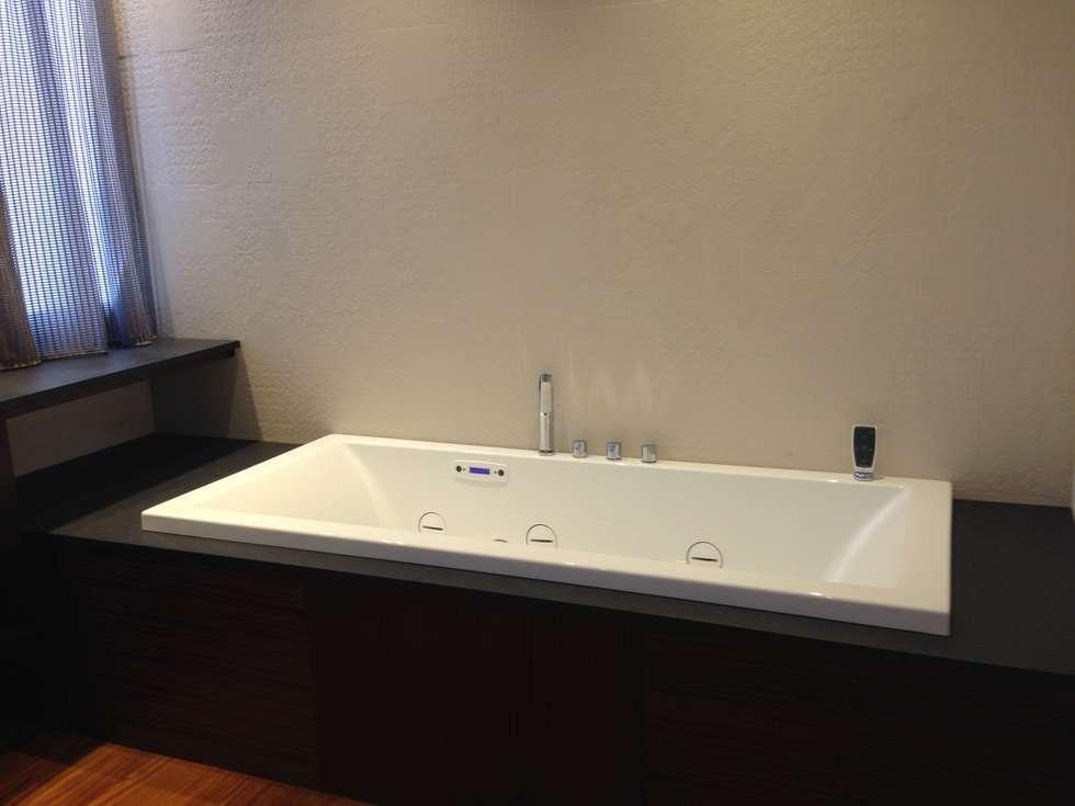 Foto di bagno in stile in stile moderno : stanza da bagno con arredi su misura  homify