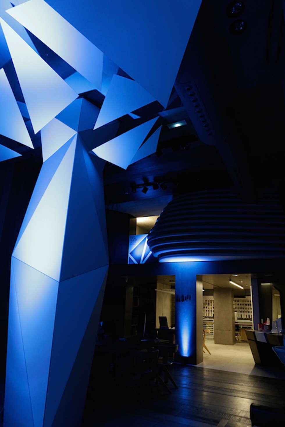 Création d'espace et d'ambiance pour Porcelanosa Group: Lieux d'événements de style  par ROVT