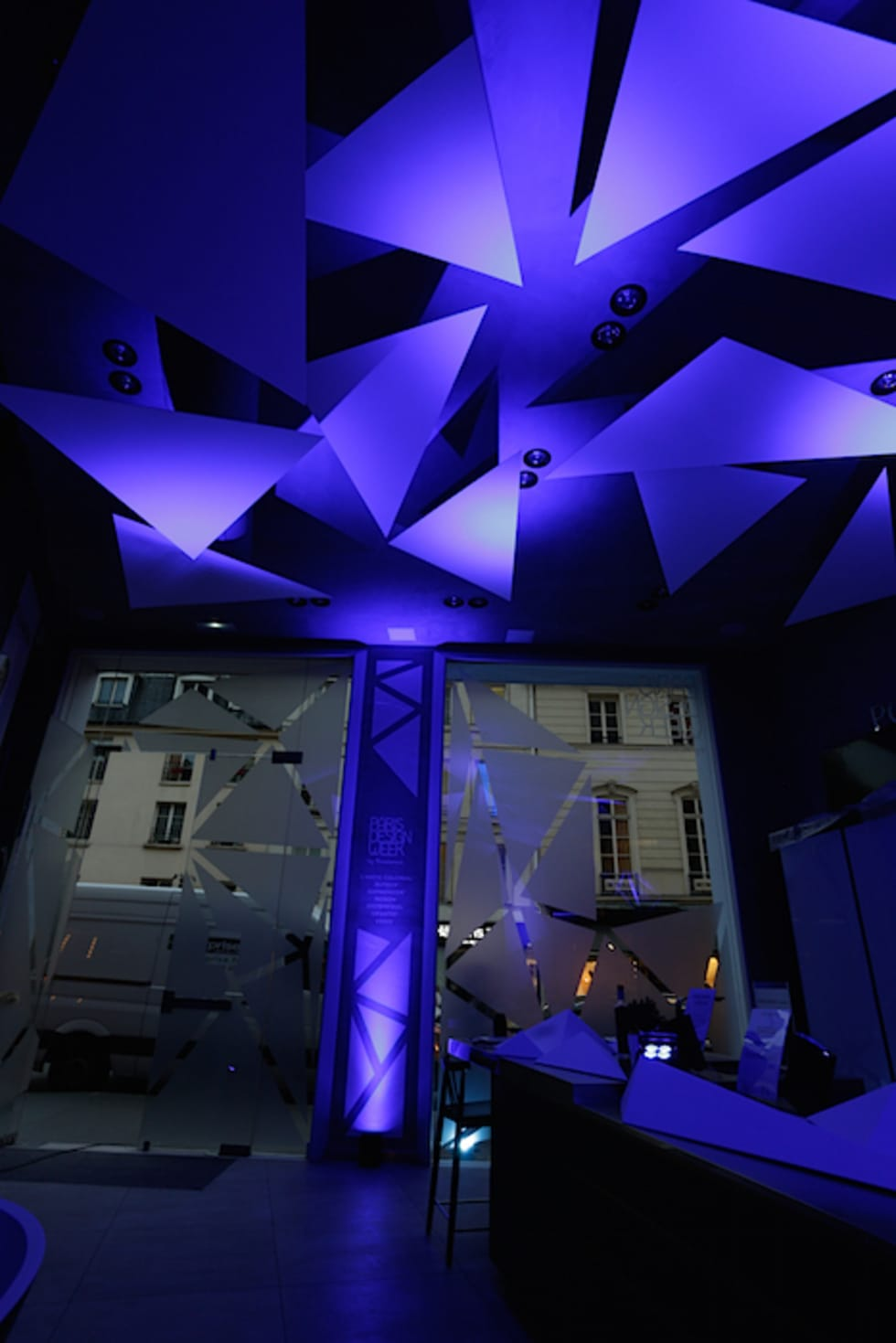 Création d'espace et d'ambiance pour Porcelanosa Group: Centre d'expositions de style  par ROVT