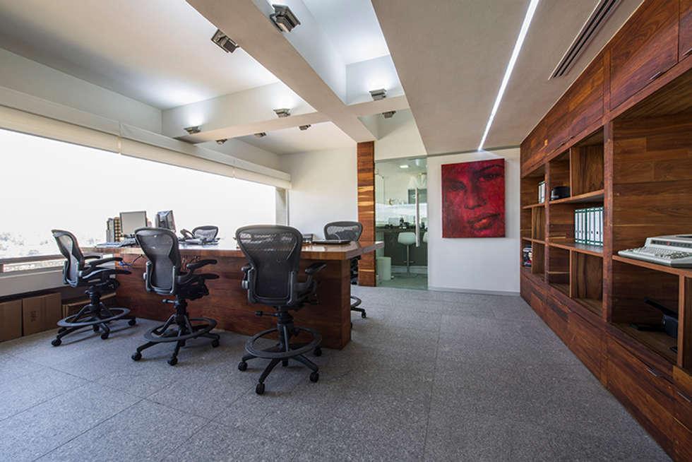 OFICINAS O&H: Estudios y oficinas de estilo industrial por Barra de Arquitectura Mexicana
