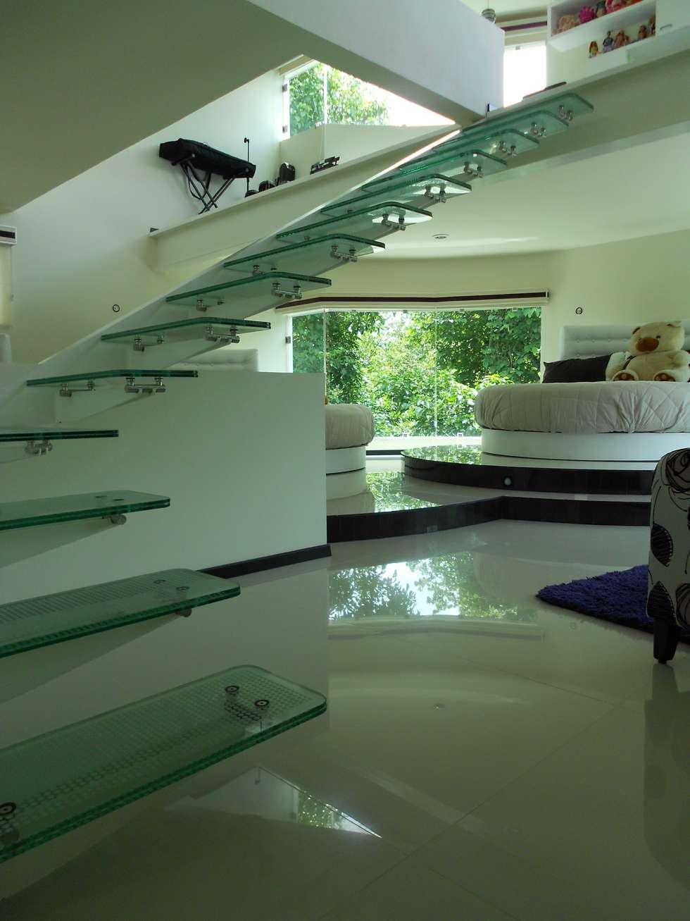 escalera de cristal con herrajes y pasamanos de acero inoxidable