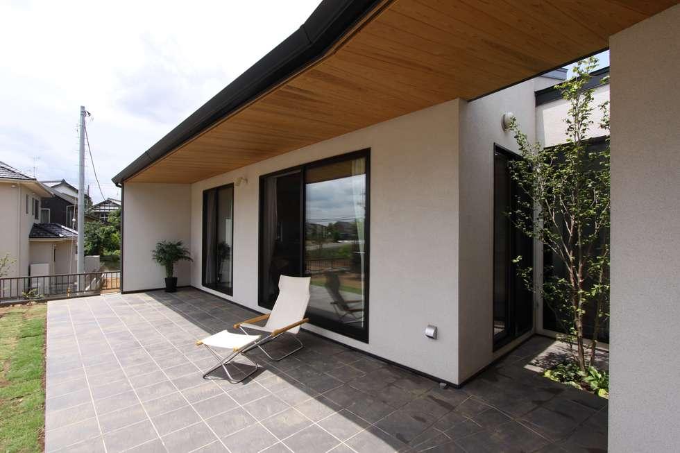 庭と繋がるテラスハウス: アトリエグローカル一級建築士事務所が手掛けた家です。