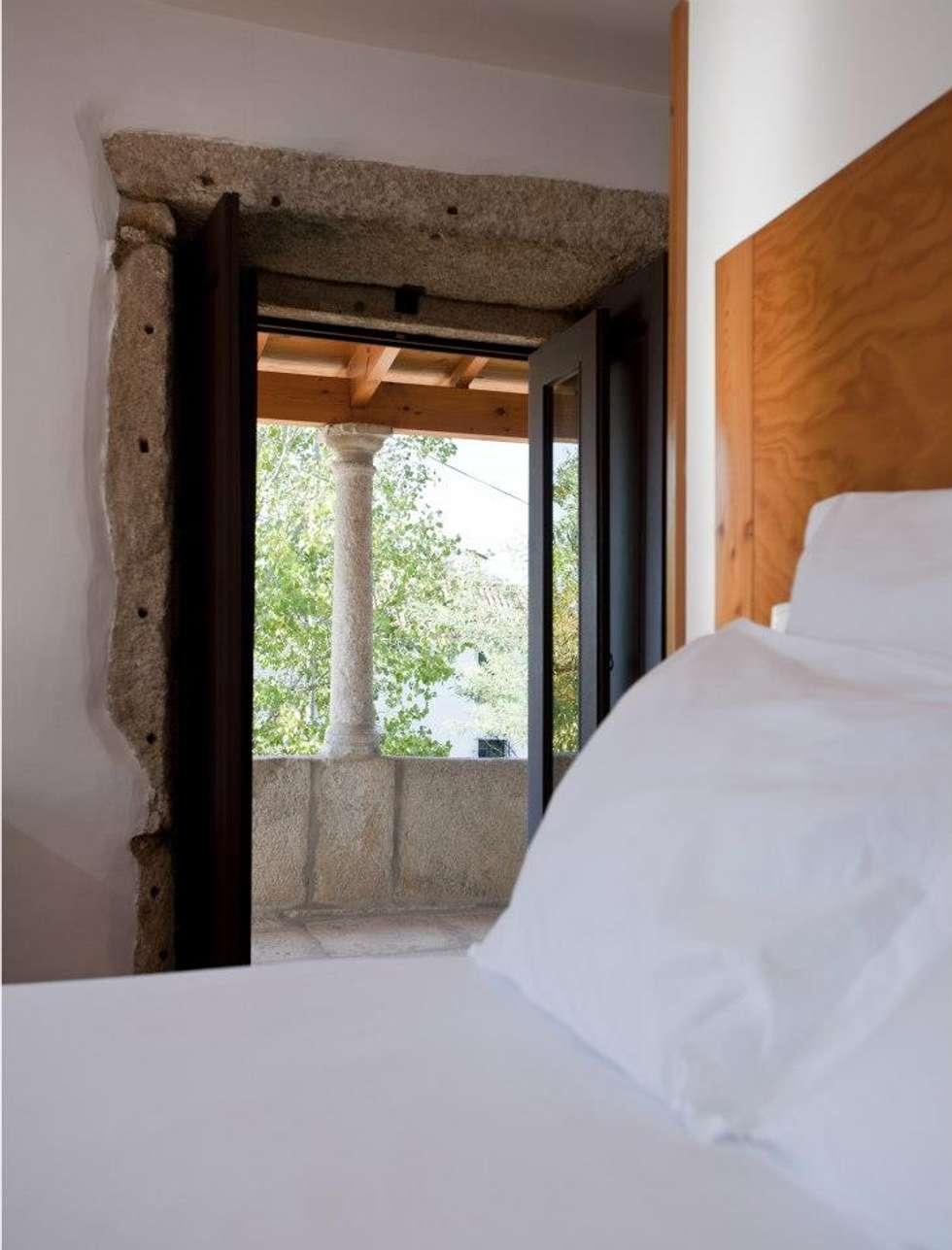 """Turismo rural """"Casa de Santa Cruz"""" em Trás-os-Montes: Quartos rústicos por Miguel Guedes arquitetos"""