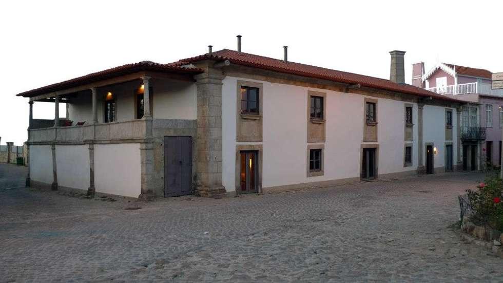 """Turismo rural """"Casa de Santa Cruz"""" em Trás-os-Montes: Casas rústicas por Miguel Guedes arquitetos"""