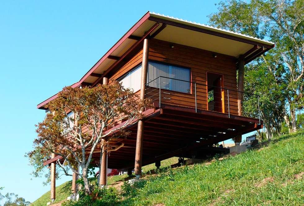 Fachada Noroeste: Casas rústicas por Cabana Arquitetos
