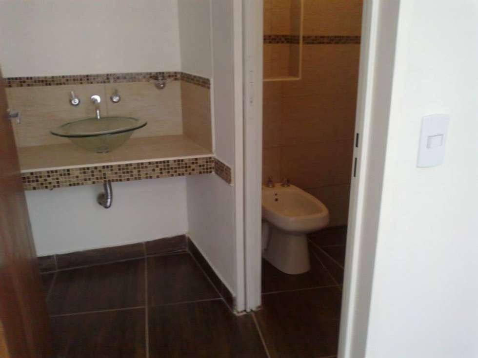 PROYECTO IBERA: Baños de estilo moderno por ESTUDIO PINKUS S.R.L.