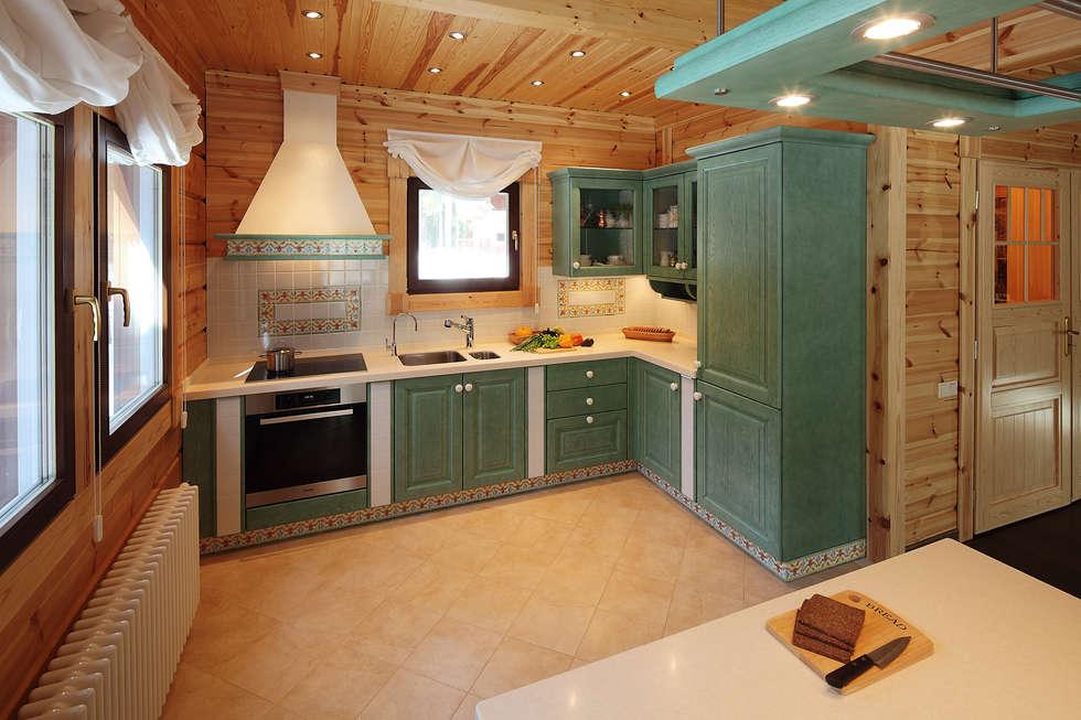 Кухня в деревянном доме с окном фото