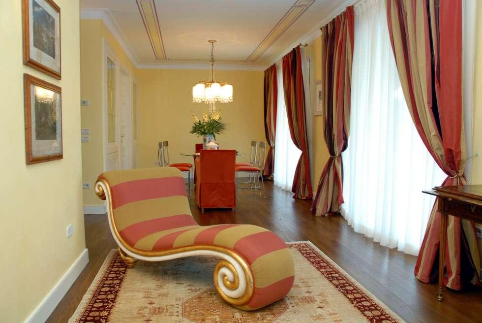 soggiorno classico : Soggiorno in stile in stile Classico di bilune studio