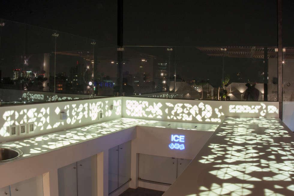 Barra de krion: Terrazas de estilo  por STUDIO COCOONS