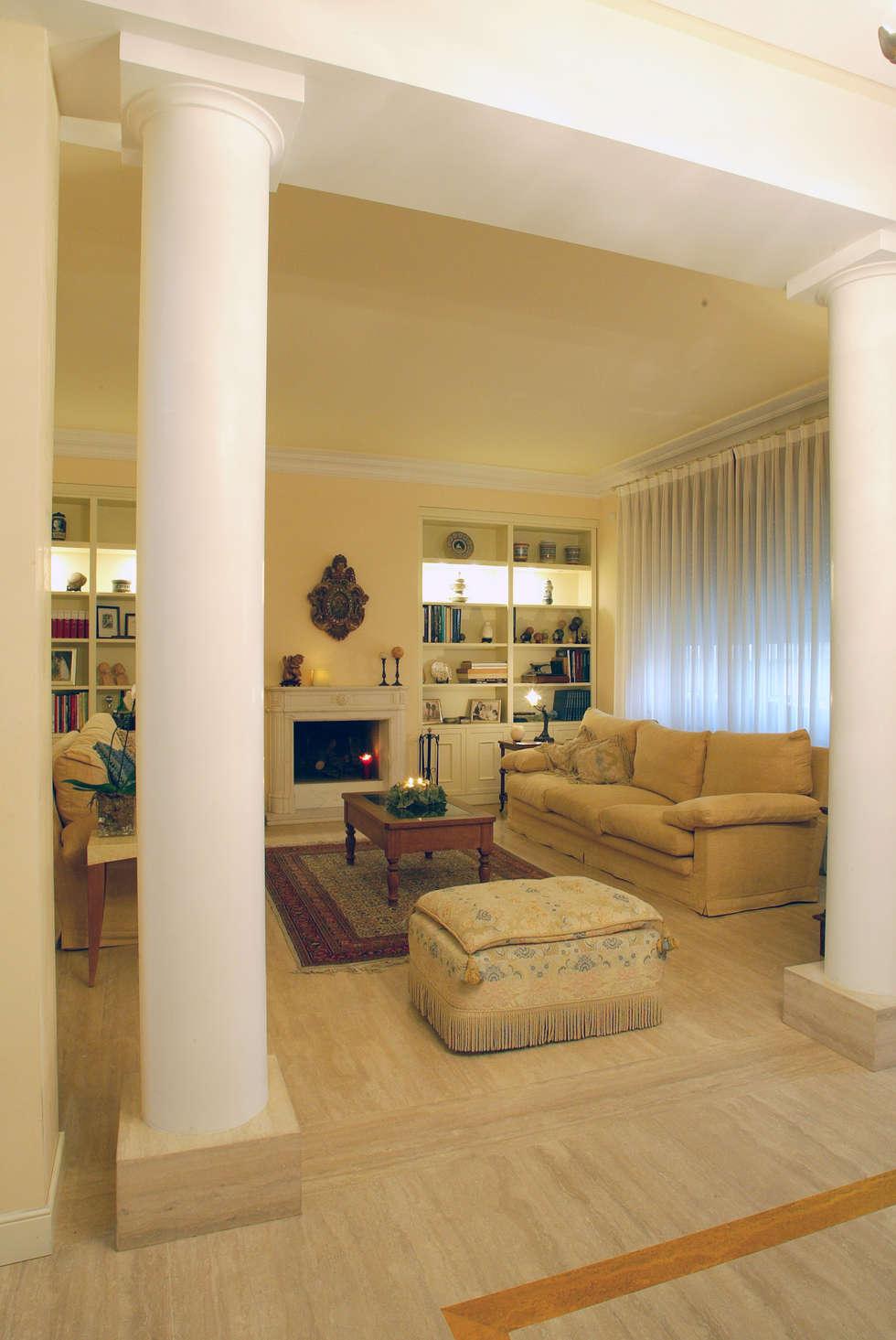 soggiorno: Soggiorno in stile in stile Classico di bilune studio
