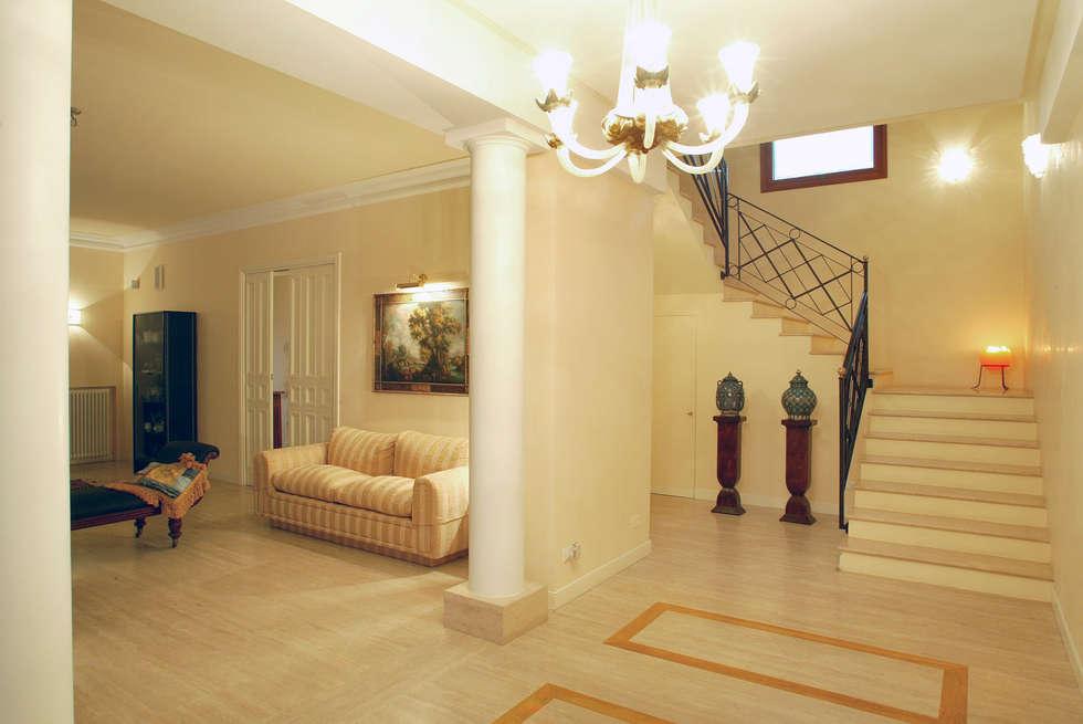vista dalle scale: Soggiorno in stile in stile Classico di bilune studio